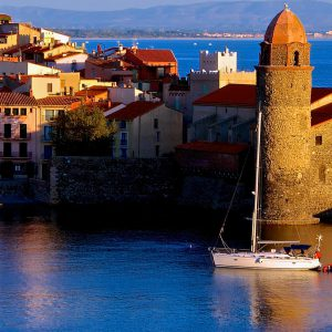 Collioure, à une poignée de kilomètres du Grand Hôtel du Golfe et son clocher, ses anchois, son vin, son château Royal, ses artistes, ses fêtes